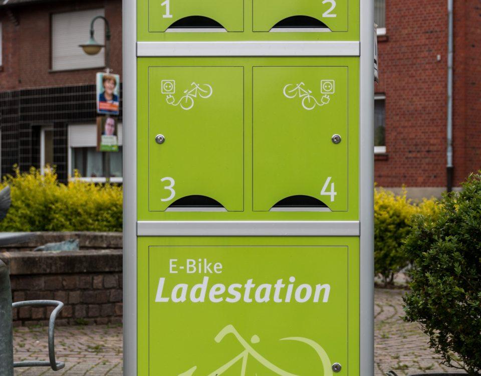 "E-Bike-Ladestation, Dietmar Rabich / Wikimedia Commons / ""Hausdülmen, E-Bike-Ladestation am Dorfplatz -- 2014 -- 0131"" / CC BY-SA 4.0"